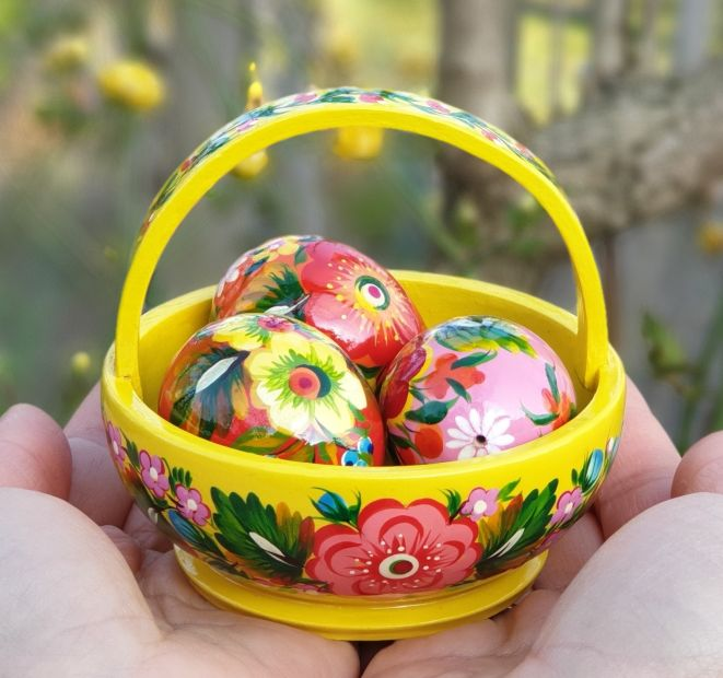 Easter basket with three eggs -  decoration for the easter table - handpainted - ukrainian Petrykivka painting