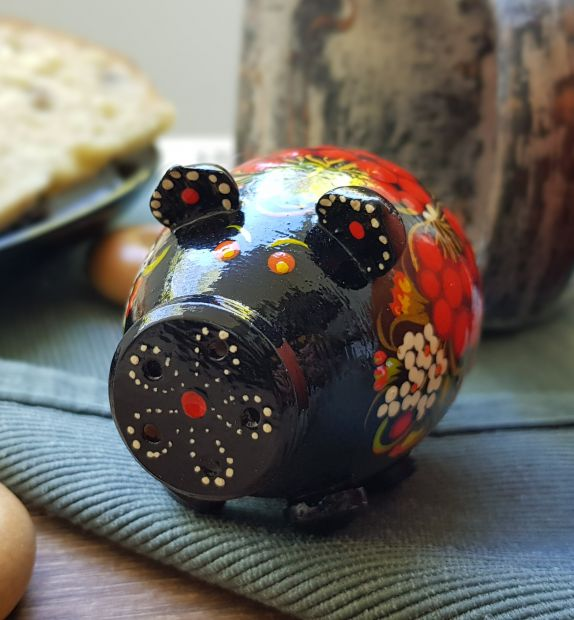 Salt und pepper shaker hand made of wood, with traditional ukrainian painting
