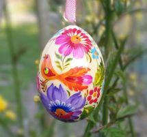 Handbemaltes Osterei mit bunter Malerei - schöne Ukrainische Ostereier