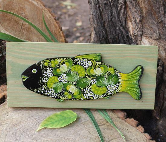 Fisch-Wanddekoration auf grünem Holz mit feinem Muster