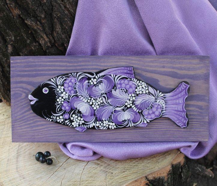 Fisch-Wanddekoration auf dem lila Hintergrund zarbemalt