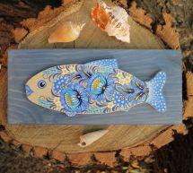 Holzfisch - Wanddekoration in Hellblau feinbemalt
