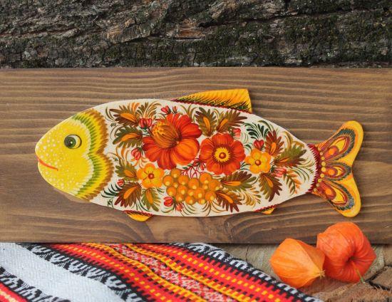 Fisch-Wanddekoration auf braunem Holz kunstvoll bemalt