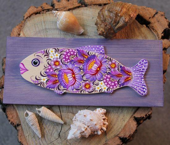 Fisch - ausgefallene Wanddeko auf dem lila Hintergrund zarbemalt