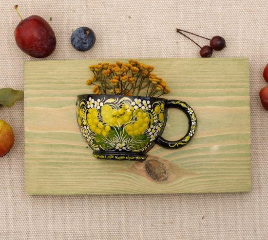 Schöne Wanddeko für die Küche aus Holz, kleine Tasse mit Blumenmuster