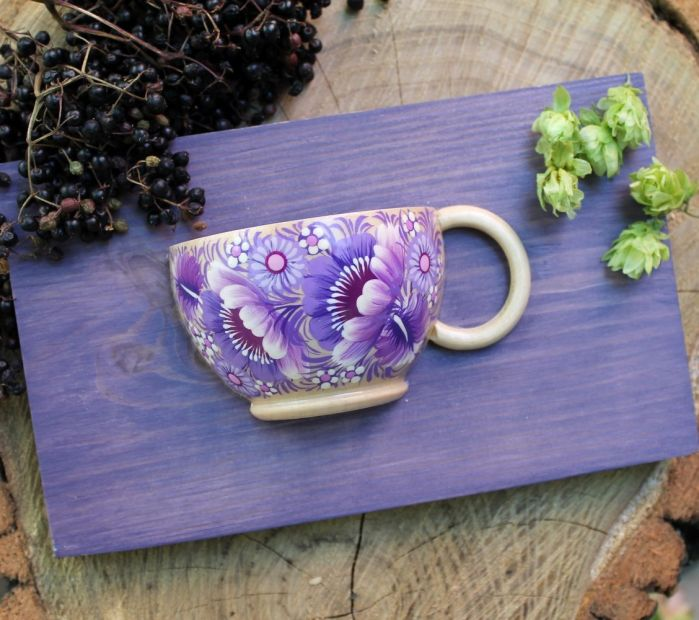 Schöne Wanddeko aus Holz, kleine Tasse mit Blumenmuster