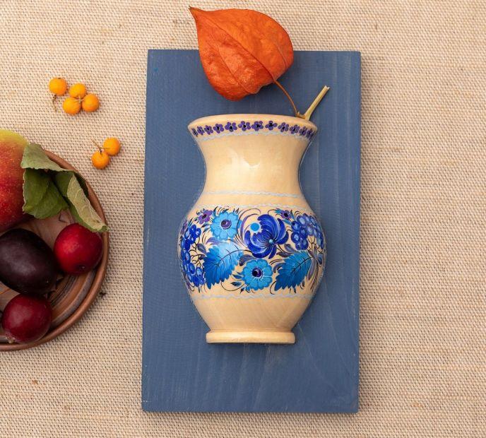 Blau-weiße Wanddeko aus Holz, hängende Vase mit Blumenmuster
