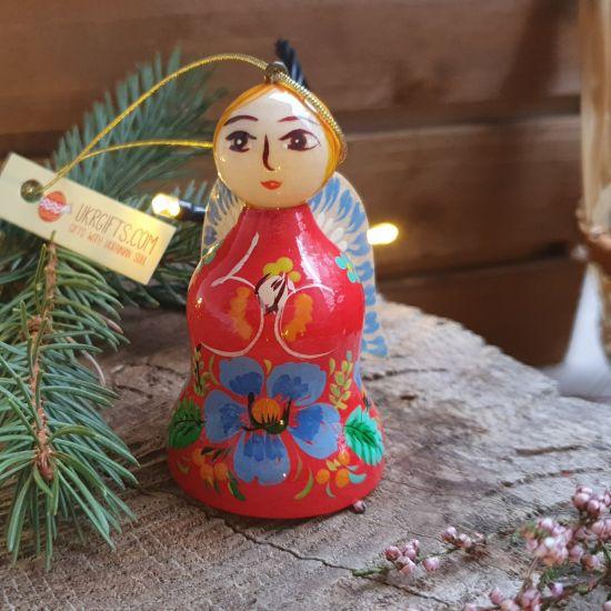 Weihnachtsengel und Glöckchen aus Holz in rotem Kleidchen