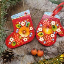 Roter Weihnachtsschmuck -Stiefel und Handschuh, traditionelles Kunsthandwerk