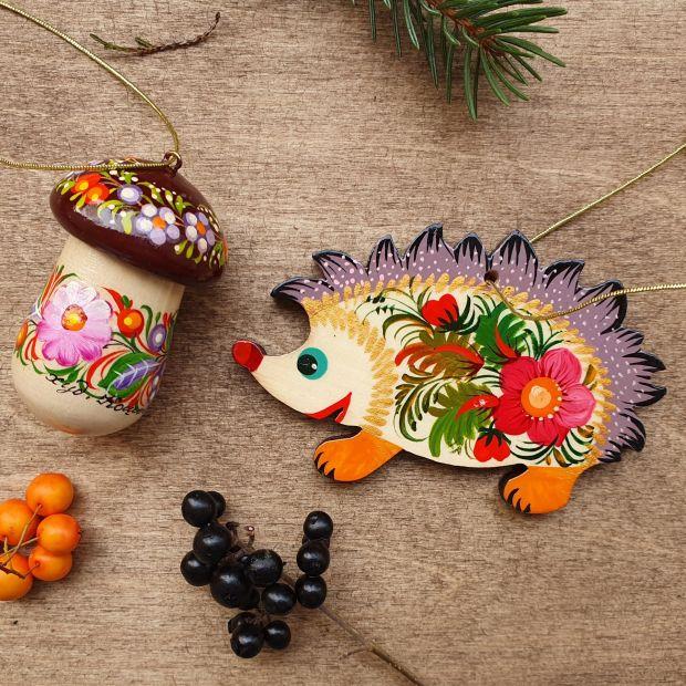 Igel und Pilz- Weihnachtsbaumanhänger aus Holz -ukrainishes Kunsthandwerk
