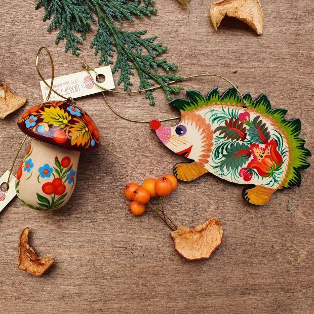 Igel und Pilzchen- Weihnachtsbaumanhänger aus Holz -handbemalt