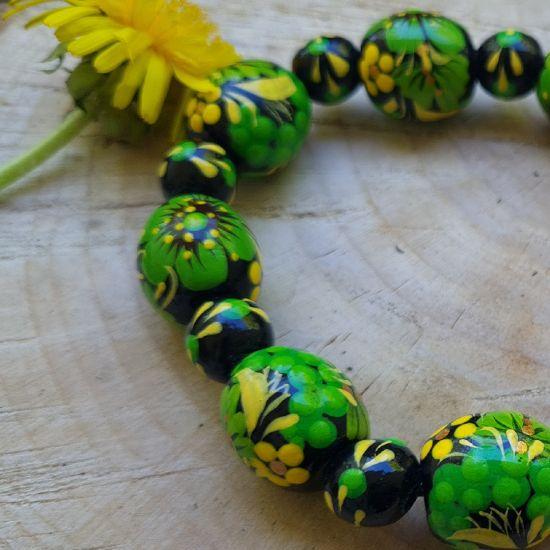 Holz Armreif - schwarz und grün- aus handbemalten Holzperlen - Ukrainischer Stil