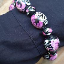 Holz Armreif - schwarz und rosa - aus handbemalten Holzperlen