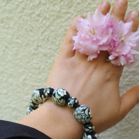 Originelles Armband - schwarz und grau - aus handbemalten Holzperlen
